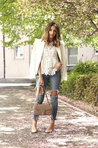 Comment porter: blazer blanc, top sans manches en dentelle blanc, jean déchiré bleu clair, escarpins en cuir beiges