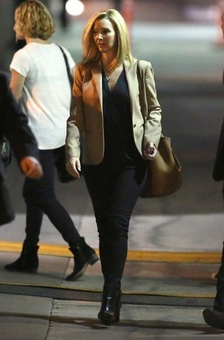 Comment porter un blazer marron clair après 50 ans: Associe un blazer marron clair avec un jean noir pour créer un style chic et glamour. Cette tenue se complète parfaitement avec une paire de des bottines en cuir noires.