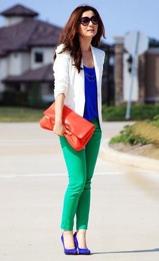 Comment porter: blazer blanc, top sans manches bleu, jean skinny vert, escarpins en daim bleus