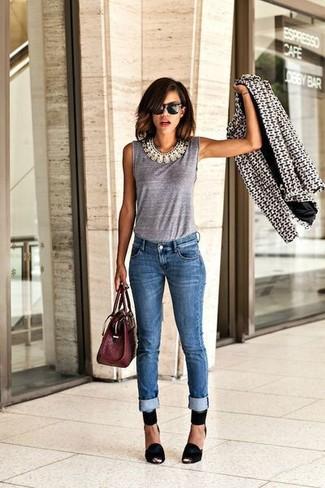 Pour créer une tenue idéale pour un déjeuner entre amis le week-end, opte pour un blazer géométrique noir et blanc avec un jean skinny bleu. Ajoute une paire de des escarpins en daim noirs à ton look pour une amélioration instantanée de ton style.