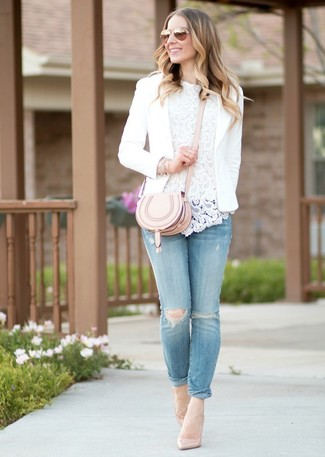 Comment porter: blazer blanc, top sans manches en dentelle blanc, jean skinny déchiré bleu clair, escarpins en cuir beiges