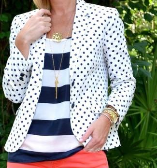 Pour une tenue de tous les jours pleine de caractère et de personnalité associe un blazer blanc et bleu marine avec un jean skinny rouge.