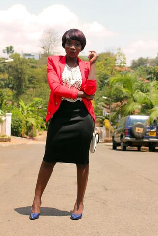 Comment porter: blazer rouge, top sans manches á pois blanc et noir, jupe crayon noire, escarpins en cuir bleu marine