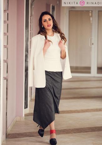 Comment porter: blazer blanc, top sans manches blanc, jupe mi-longue gris foncé, escarpins en cuir noirs