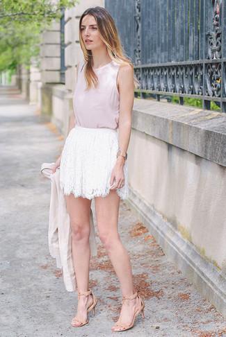 Comment porter un blazer beige: Choisis un blazer beige et une minijupe en dentelle blanche pour une tenue idéale le week-end. Cette tenue est parfait avec une paire de sandales à talons en daim beiges.