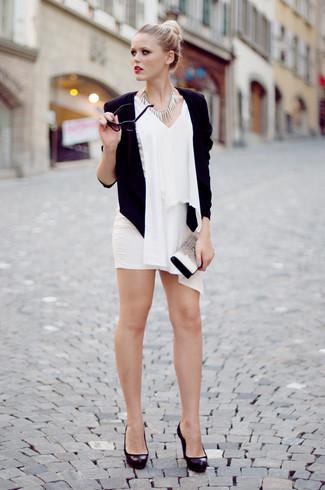 Comment porter: blazer noir, top sans manches en chiffon blanc, minijupe blanche, escarpins en cuir épaisses noirs