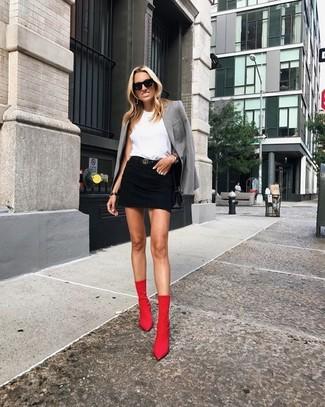 Comment porter: blazer gris, top sans manches blanc, minijupe en denim noire, bottines élastiques rouges