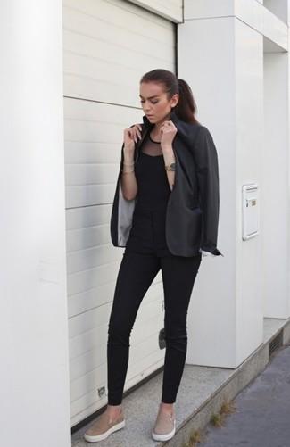 Comment porter: blazer gris foncé, top sans manches en tulle noir, pantalon slim noir, baskets à enfiler en daim marron clair