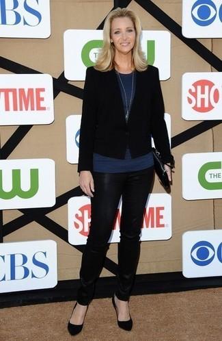 Comment porter: blazer noir, top sans manches bleu marine, pantalon slim en cuir noir, escarpins en daim noirs