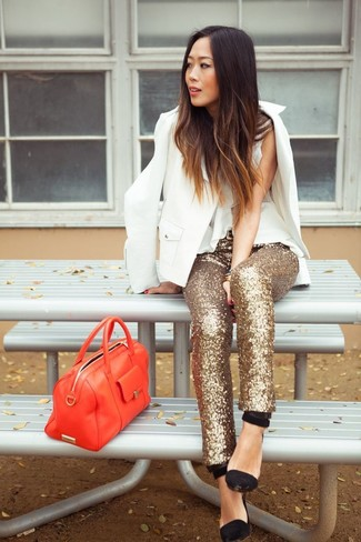 Pense à associer un blazer blanc avec un pantalon slim pailleté doré pour un look de tous les jours facile à porter. Une paire de des escarpins en daim noirs est une option génial pour complèter cette tenue.