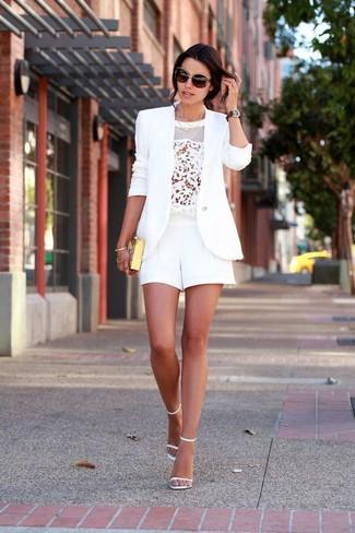 Comment porter: blazer blanc, top sans manches en dentelle blanc, short blanc, sandales à talons en cuir blanches