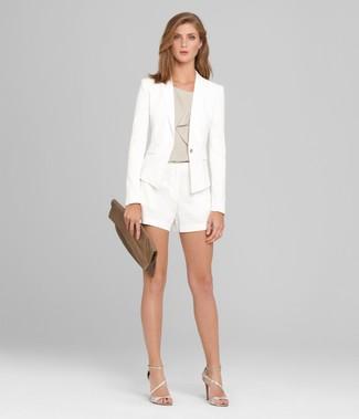Comment porter: blazer blanc, top sans manches gris, short blanc, sandales à talons en cuir argentées