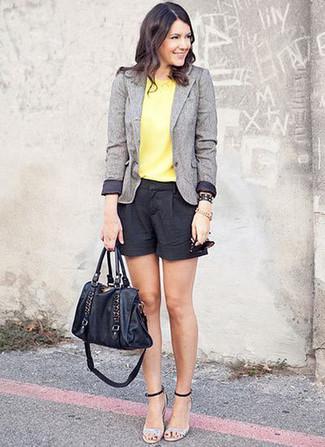 Comment porter: blazer en laine gris, top sans manches jaune, short noir, sandales à talons en cuir argentées