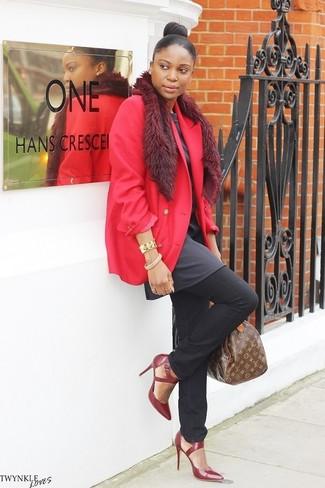 Comment porter: blazer rouge, tunique gris foncé, jean noir, escarpins en cuir bordeaux