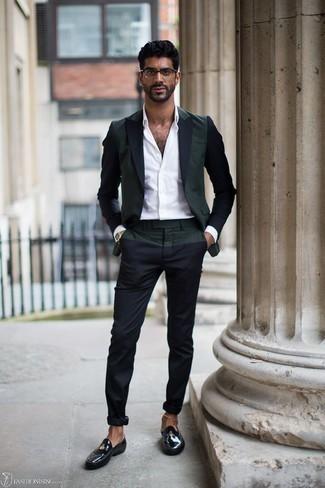 Comment s'habiller à 30 ans quand il fait chaud: Pense à harmoniser un blazer vert foncé avec un pantalon chino bleu marine pour prendre un verre après le travail. Une paire de des slippers en cuir noirs est une façon simple d'améliorer ton look.