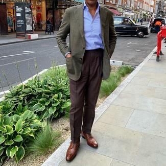 Comment porter une chemise de ville à rayures verticales bleu clair: Associe une chemise de ville à rayures verticales bleu clair avec un pantalon de costume marron foncé pour un look pointu et élégant. Complète ce look avec une paire de des chaussures derby en cuir marron.