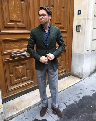 Comment porter: blazer en laine vert foncé, chemise de ville bleu marine, pantalon de costume gris, chaussures richelieu en daim marron foncé