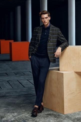 """Comment porter des chaussures derby en cuir marron foncé: L'association d'un blazer écossais vert foncé et d'un pantalon de costume bleu marine te démarquera de la masse sans trop être """"too much"""". Une paire de des chaussures derby en cuir marron foncé est une option parfait pour complèter cette tenue."""