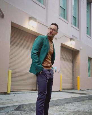 Comment porter: blazer vert foncé, pull à col roulé marron clair, pantalon de costume bleu marine