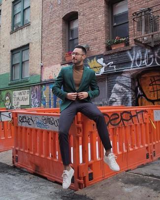 Comment porter: blazer vert foncé, pull à col roulé marron, pantalon de costume bleu marine, baskets basses blanches