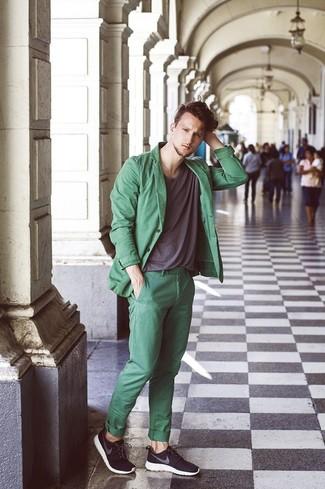 Comment porter: blazer en coton vert, t-shirt à col rond gris foncé, pantalon chino vert, chaussures de sport noires