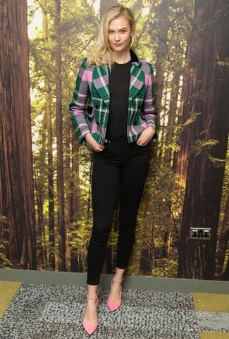 Comment porter: blazer écossais vert, t-shirt à col rond noir, jean skinny noir, escarpins en daim roses