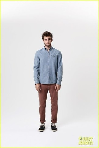 Bleu clair pantalon chino brun fonce bottines chukka en daim noir large 1824