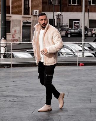 Comment porter des bottines chelsea en daim beiges: Pense à associer un blouson aviateur en polaire beige avec un jean skinny noir pour obtenir un look relax mais stylé. Apportez une touche d'élégance à votre tenue avec une paire de des bottines chelsea en daim beiges.