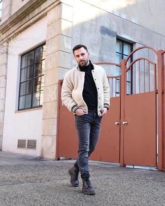 Comment porter: blouson aviateur texturé beige, pull à col roulé noir, jean skinny déchiré gris foncé, bottes de loisirs en cuir noires