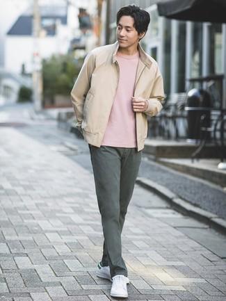 Comment porter: blouson aviateur beige, t-shirt à col rond rose, pantalon chino gris foncé, baskets basses en cuir blanches