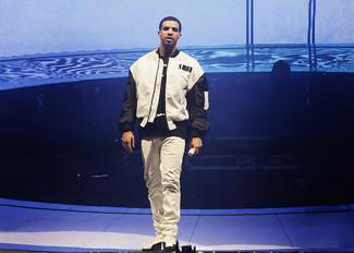 Blouson aviateur blanc et noir t shirt a col rond noir et blanc jean blanc baskets montantes blanc et noir large 5213