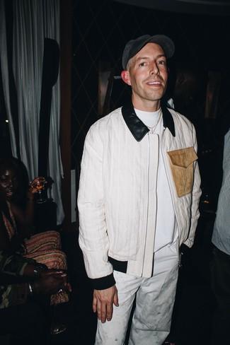 Comment porter: blouson aviateur blanc, t-shirt à col rond blanc, pantalon chino blanc, casquette de base-ball gris foncé