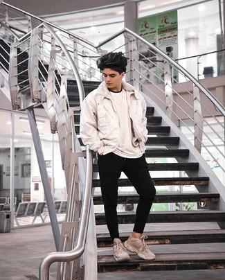 Comment porter: blouson aviateur blanc, t-shirt à col rond blanc, pantalon de jogging noir, chaussures de sport beiges