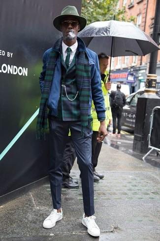 Comment porter: blouson aviateur en daim bleu, blazer croisé écossais vert foncé, chemise de ville blanche, pantalon de costume noir