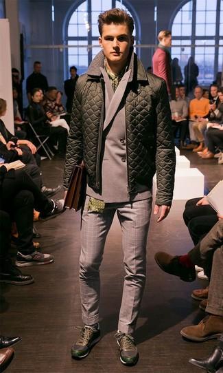 Comment porter: blouson aviateur matelassé olive, blazer croisé gris, pantalon de costume en laine en vichy gris, chaussures de sport vert foncé