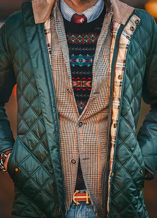 Comment porter: blouson aviateur matelassé vert foncé, blazer en pied-de-poule marron, pull à col rond en jacquard noir, chemise à manches longues à rayures verticales bleu marine et blanc