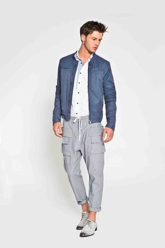 Comment porter: blouson aviateur bleu, chemise à manches longues imprimée blanc et bleu, pantalon cargo gris, chaussures derby en cuir grises