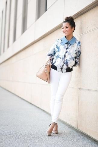 Comment porter: blouson aviateur à fleurs bleu clair, jean skinny blanc, escarpins en cuir gris, sac à main en cuir beige