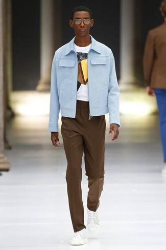 Comment porter: blouson aviateur en coton bleu clair, t-shirt à col rond imprimé blanc, pantalon de costume marron, baskets basses en cuir blanches