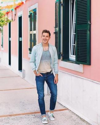Comment porter des baskets à enfiler bleu clair: Pense à porter un blouson aviateur en denim bleu clair et un jean bleu pour obtenir un look relax mais stylé. Une paire de des baskets à enfiler bleu clair est une option judicieux pour complèter cette tenue.