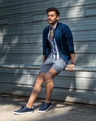 Comment porter: blouson aviateur bleu marine, chemise à manches courtes à rayures verticales bleu marine et blanc, short en lin bleu, baskets basses en cuir bleu marine