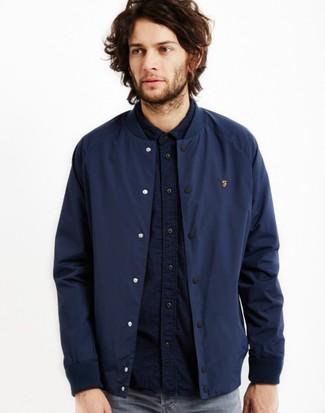 Comment porter: blouson aviateur bleu marine, chemise à manches longues bleu marine, jean gris