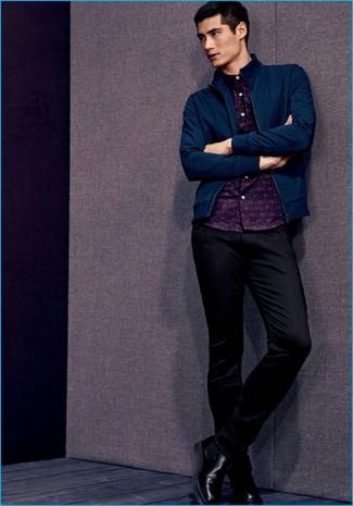 Comment porter: blouson aviateur bleu marine, chemise à manches longues imprimée bleu marine, pantalon chino noir, bottines chelsea en cuir noires