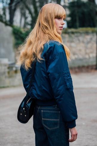 Comment porter: blouson aviateur bleu marine, jean bleu marine, sac bandoulière en cuir noir