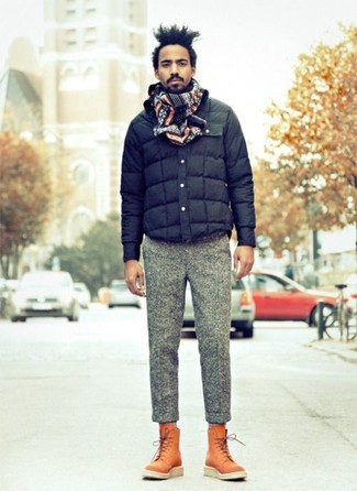 Comment porter: blouson aviateur matelassé bleu marine, pantalon de costume en laine gris, bottes de loisirs en cuir tabac, écharpe en jacquard bleu marine