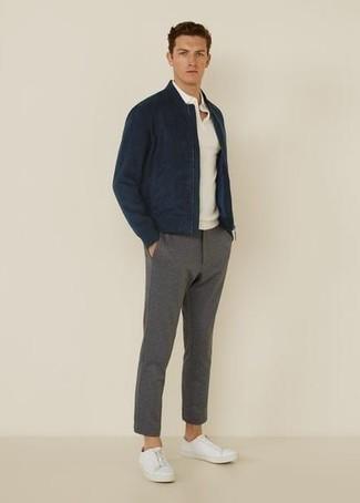 Comment s'habiller pour un style decontractés: Choisis un blouson aviateur bleu marine et un pantalon chino gris pour une tenue idéale le week-end. Jouez la carte décontractée pour les chaussures et complète cet ensemble avec une paire de baskets basses en toile blanches.