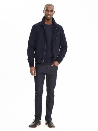 Comment porter: blouson aviateur bleu marine, pull à col rond bleu marine, jean noir, bottes brogue en cuir noires