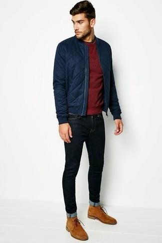 Comment porter: blouson aviateur matelassé bleu marine, pull à col rond bordeaux, jean skinny noir, bottines chukka en daim marron clair
