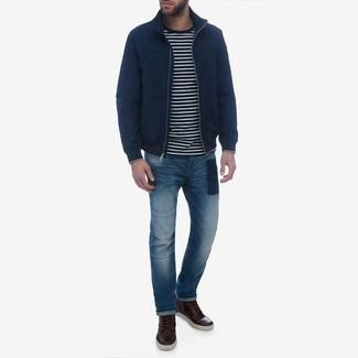 Comment porter: blouson aviateur bleu marine, pull à col rond à rayures horizontales noir et blanc, jean bleu, bottes de loisirs en cuir marron foncé