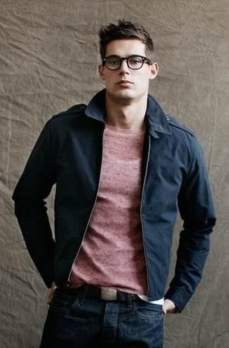 Comment porter: blouson aviateur bleu marine, pull à col rond rouge, jean bleu marine, ceinture en cuir marron foncé